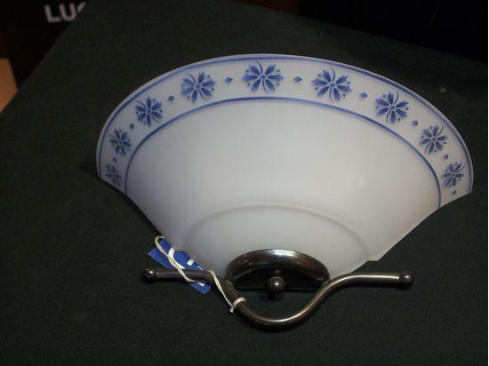 Applique a parete in vetro bianco con decori blu. bime ingrosso e