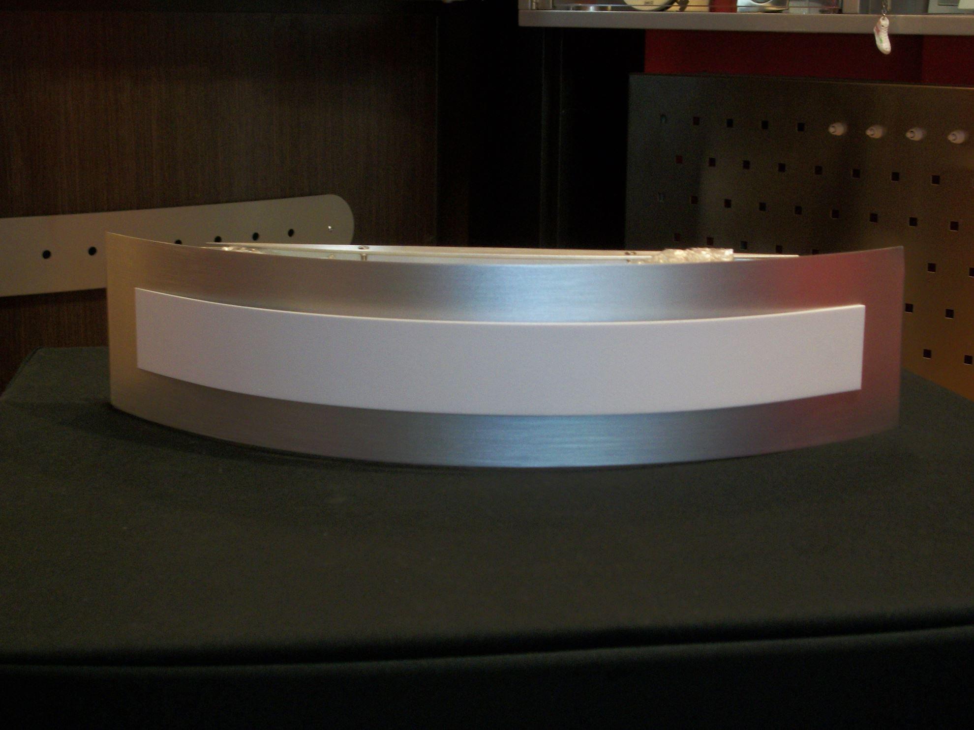 Applique per interni a parete in acciaio satinato e bianco. bime