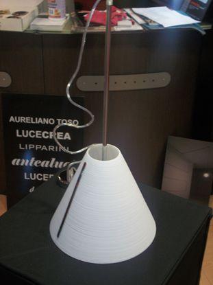 Immagine di LAMPADA A SOSPENSIONE CON DIFFUSORE CONICO IN VETRO RIGATO E PARTICOLARI IN METALLO