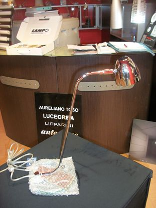 Immagine di Lampada Da Tavolo Con Base In Acciaio E Struttura Cromo Lucido