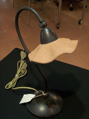 Immagine di Lampada Da Tavolo Con Coppa In Terracotta E Struttura Con Base Marrone Antico