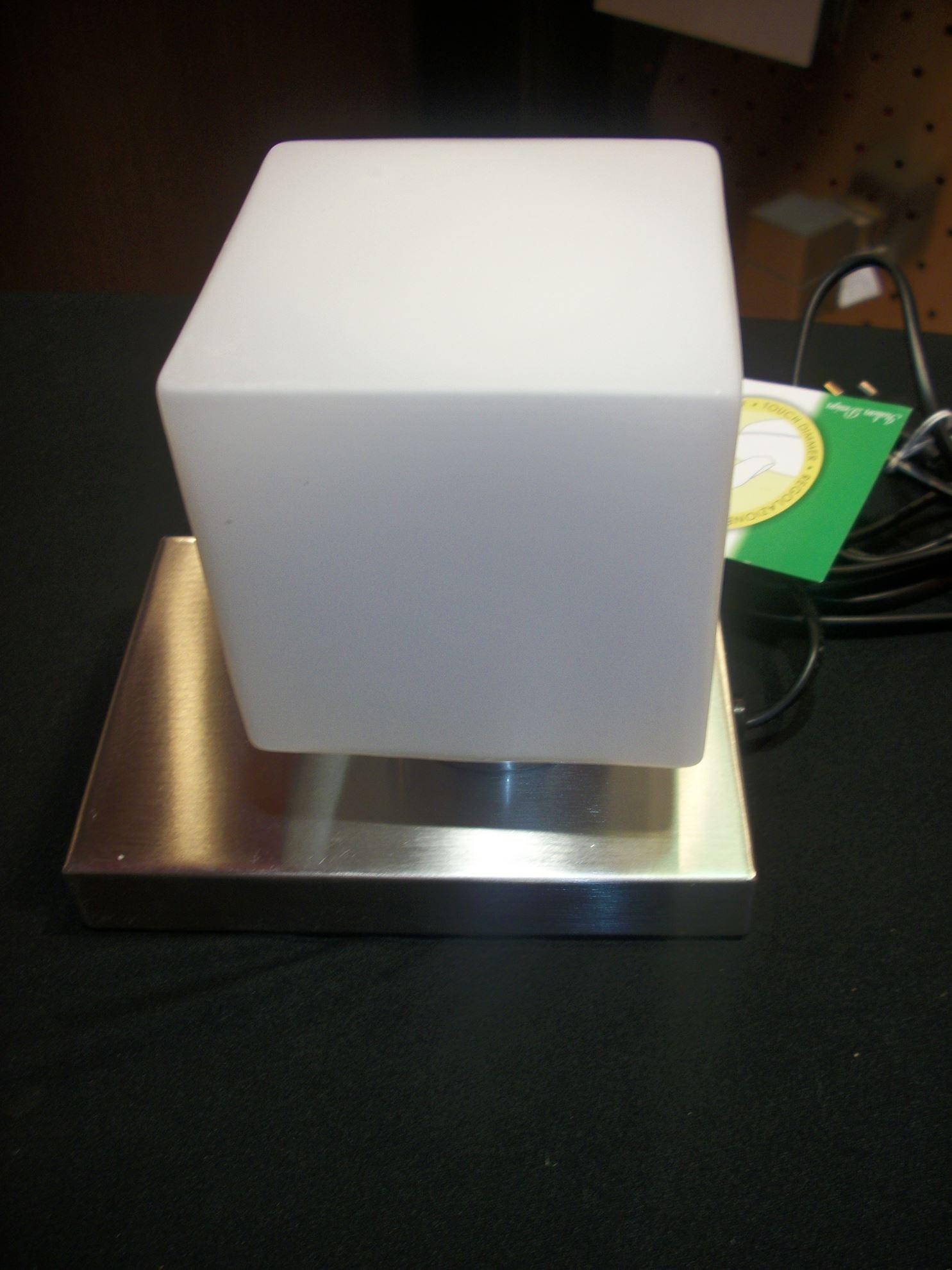 Lampada da tavolo touch con base quadrata e cubo in vetro bime ingrosso e dettaglio materiale - Base lampada da tavolo ...