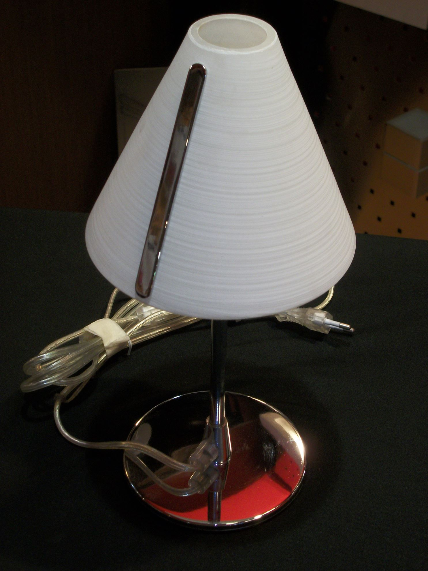 Lume da appoggio con base cromata e cappello in vetro for Lampade da appoggio