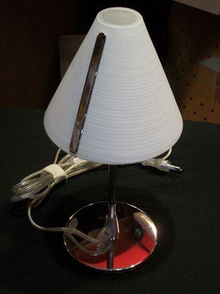 Immagine di Lume Da Appoggio Con Base Cromata E Cappello In Vetro Satinato