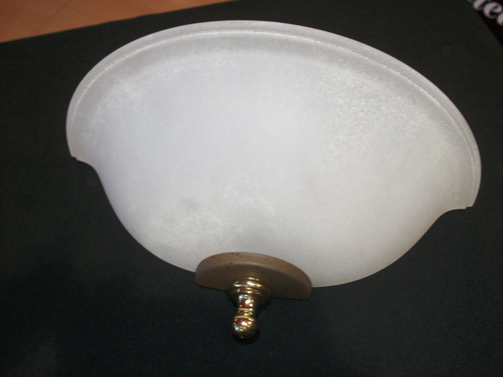 Applique a parete in vetro bianco con fermavetro dorato bime