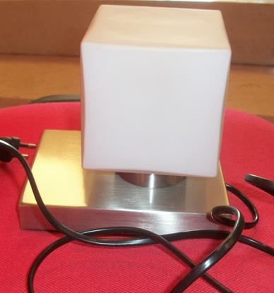 Immagine di Lampada Da Tavolo Touch Con Vetro A Forma Di Cubo